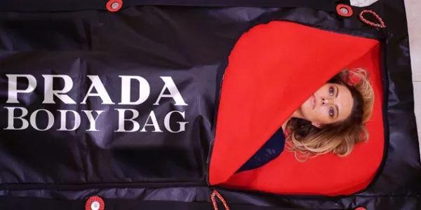 Prada 还推出过装尸袋.jpg